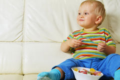 Garçon mangeant des bonbons photographie stock libre de droits