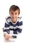 Garçon mangeant des myrtilles photographie stock
