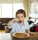 Garçon mangeant des spaghetti Photo stock