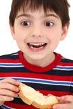 Garçon mangeant du pain grillé Photo libre de droits