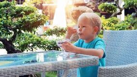 Garçon mangeant la crême glacée banque de vidéos