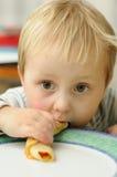 Garçon mangeant la crêpe Photos libres de droits