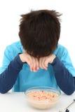 Garçon mangeant la farine d'avoine images libres de droits