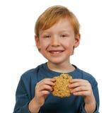 Garçon mangeant le biscuit Images libres de droits