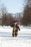 Garçon marchant en parc Images stock