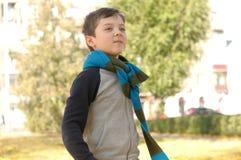 Garçon marchant en parc sur un sens joyeux de la liberté Images stock