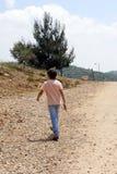 Garçon marchant loin Photographie stock libre de droits
