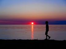 Garçon marchant sur la plage Photographie stock libre de droits