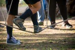 garçon marchant sur une corde photo libre de droits