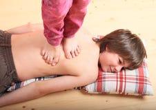 Garçon massé par une fille photos libres de droits