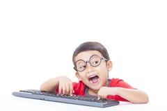 Garçon mignon à l'aide d'un clavier Photographie stock