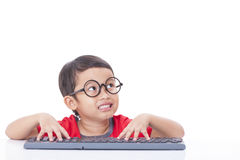 Garçon mignon à l'aide d'un clavier Image stock