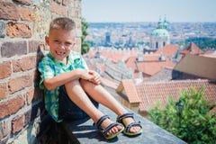 Garçon mignon à Prague Images libres de droits
