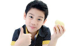 Garçon mignon avec la pomme sur le fond blanc Photos stock