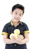 Garçon mignon avec la pomme sur le fond blanc Image stock
