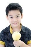 Garçon mignon avec la pomme sur le fond blanc Photo libre de droits