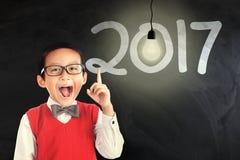 Garçon mignon avec le numéro 2017 Photographie stock libre de droits