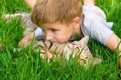 Garçon mignon avec un chaton Images libres de droits