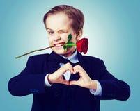 Garçon mignon avec une rose image stock