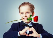Garçon mignon avec une rose photo libre de droits