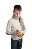 Garçon mignon avec une tasse d'isolement sur le fond blanc Images libres de droits