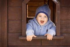 Garçon mignon d'enfant en bas âge jouant sur le terrain de jeu photo stock
