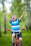 Garçon mignon d'enfant sur la bicyclette Image libre de droits
