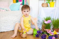 Garçon mignon dans des décorations d'un studio de Pâques de ressort Photos stock