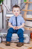 Garçon mignon dans le costume de jeans Image stock
