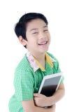Garçon mignon de la Thaïlande d'Asiatique avec la tablette sur le backgro d'isolement images stock