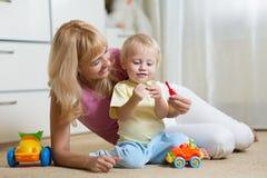 Garçon mignon de mère et d'enfant jouant ensemble à l'intérieur à la maison Image libre de droits