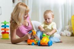 Garçon mignon de mère et d'enfant jouant ensemble à l'intérieur à la maison Photos stock