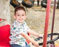 Garçon mignon de petit enfant en parc sur la nature à l'été Employez-le pour le conce de bébé, de parenting ou d'amour Photo libre de droits