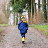 Garçon mignon de petit enfant marchant par la forêt d'automne Photos libres de droits