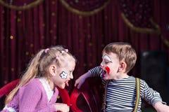 Garçon mignon et fille agissant en tant qu'ajouter aux problèmes Photographie stock libre de droits