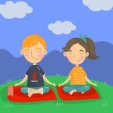 Garçon mignon et fille s'asseyant sur le plancher en position de lotus et méditant, illustration de vecteur de yoga d'enfants, st illustration stock
