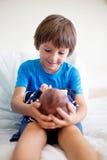 Garçon mignon, frère, rencontrant pour la première fois son nouveau bouillon de bébé photographie stock libre de droits
