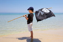 Garçon mignon habillé comme pirate sur la plage tropicale Images libres de droits