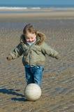 Garçon mignon jouant au football photographie stock libre de droits