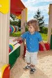 Garçon mignon jouant avec la compter-trame Photos libres de droits