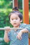 Garçon mignon jouant dans le terrain de jeu Image libre de droits