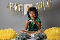 Garçon mignon jouant des jeux vidéo images libres de droits
