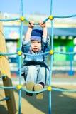 Garçon mignon jouant l'outddor Images libres de droits