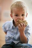 Garçon mignon mangeant le sandwich sain. Images libres de droits