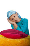Garçon mignon près de l'oreiller d'isolement Photo libre de droits