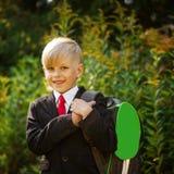 Garçon mignon retournant à l'école Garçon dans le costume Verticale de plan rapproché Image libre de droits