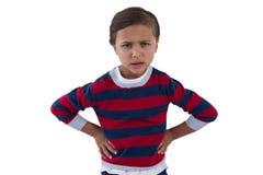 Garçon mignon se tenant avec la main sur la hanche photos stock