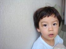 Garçon mignon se tenant le premier rôle dans l'appareil-photo Images libres de droits