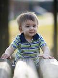 Garçon mignon sur la cour de jeu Image stock