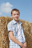 Garçon mignon sur un fond de rural images stock
